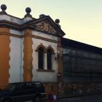 Foto 4. Detalle Escudo en el Lateral de la entrada principal y andamios en calle Magdalena
